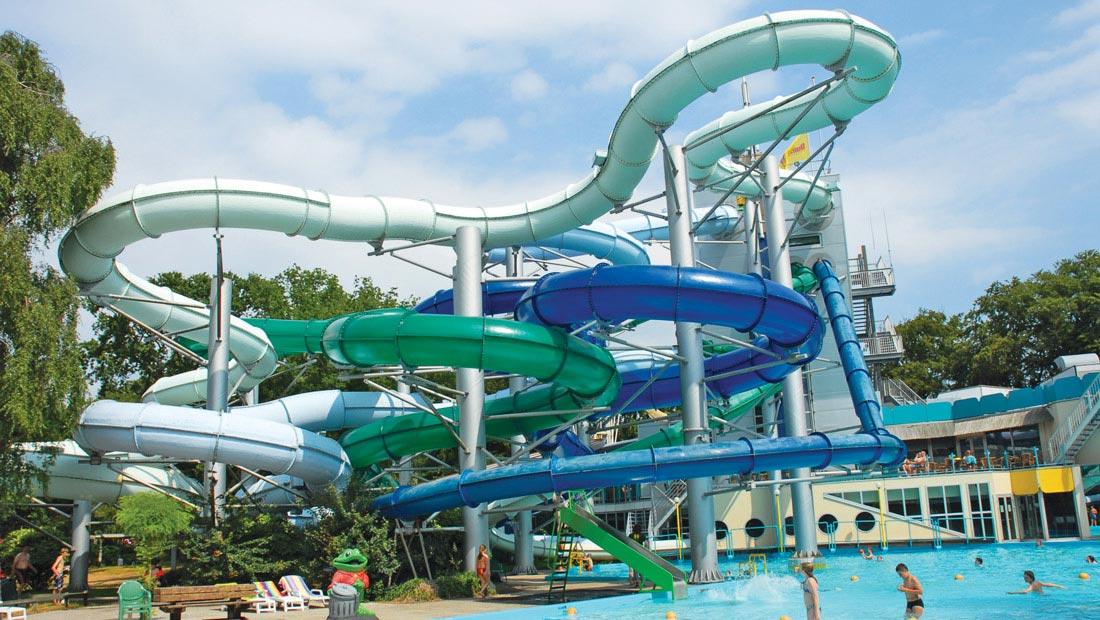 Zwembad met veel glijbanen