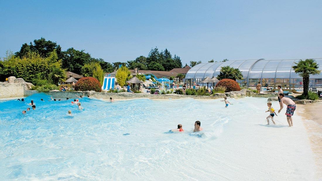 Camping met glijbanen zwembad met waterglijbaan - Zwembad met strand ...